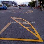 ตีเส้นจราจร มาตรฐาน แบ่งช่องสีเหลือง ที่ตลาดรถนัดไฟ ศรีนครินทร์