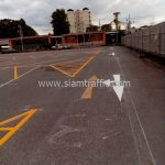 ตีเส้นจราจร แบ่งช่องสีเหลือง จำนวน 430 ตารางเมตร ที่ตลาดรถนัดไฟ ศรีนครินทร์