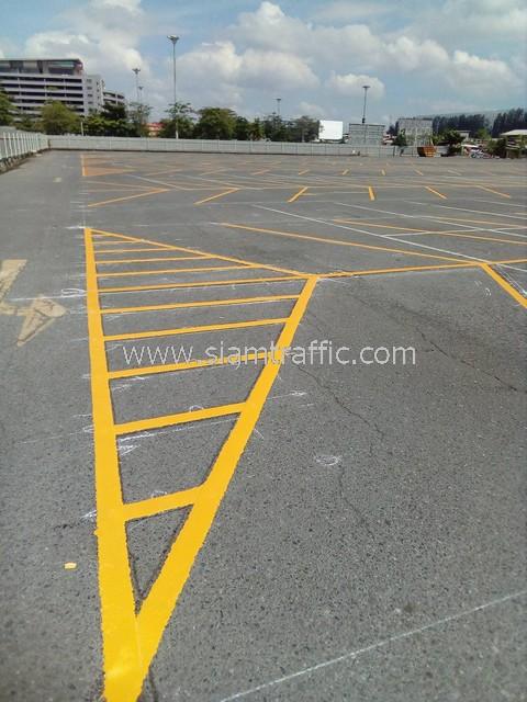 ตีเส้นจราจรสีเหลือง จำนวน 430 ตร.ม. ที่ตลาดนัดรถไฟ ศรีนครินทร์