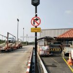 """ป้ายห้ามเลี้ยว และป้าย """"ทางเข้าที่จอดรถ OFFICE ตรงไป"""" ที่บริษัท โตโยต้า มอเตอร์ ประเทศไทย จํากัด โรงงานบ้านโพธิ์"""