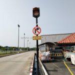 """ไฟกระพริบ SOLAR CELL ป้ายห้ามเลี้ยว และป้าย """"ทางเข้าที่จอดรถ OFFICE ตรงไป"""" ที่บริษัท โตโยต้า มอเตอร์ ประเทศไทย จํากัด โรงงานบ้านโพธิ์"""