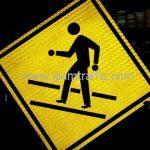 สัญลักษณ์จราจรป้ายเตือน ระวังคนข้ามถนน ส่งออกไปประเทศพม่า