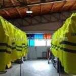 """โรงงานผลิตเสื้อกันฝน สกรีนข้อความ """"งานป้องกันฯ เทศบาลตำบลฉลอง"""" จำนวน 24 ตัว"""