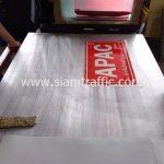 สติ๊กเกอร์ 3m สะท้อนแสง สกรีนข้อความ APAC บริษัท อัครพันธุ์ก่อสร้าง จำกัด