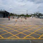 ตีเส้นแบ่งช่องสีเหลือง (เส้นทแยงห้ามหยุดรถ) ที่สนามฟุตบอล Winning Seven พุทธมณฑล สาย 1