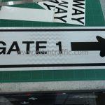 ป้ายข้อความ GATE 1 พร้อมลูกศร