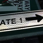 """ป้าย """"GATE 1"""" พร้อมลูกศร"""