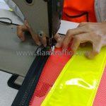 การเย็บซิปติดกับเสื้อ safety ห้างหุ้นส่วนจำกัด โล่ทองการโยธา